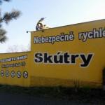 Loga a reklama na fasádě